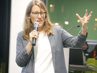 Person mit Mikrofon