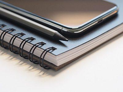 Ringbuch, Stift und Smartphone
